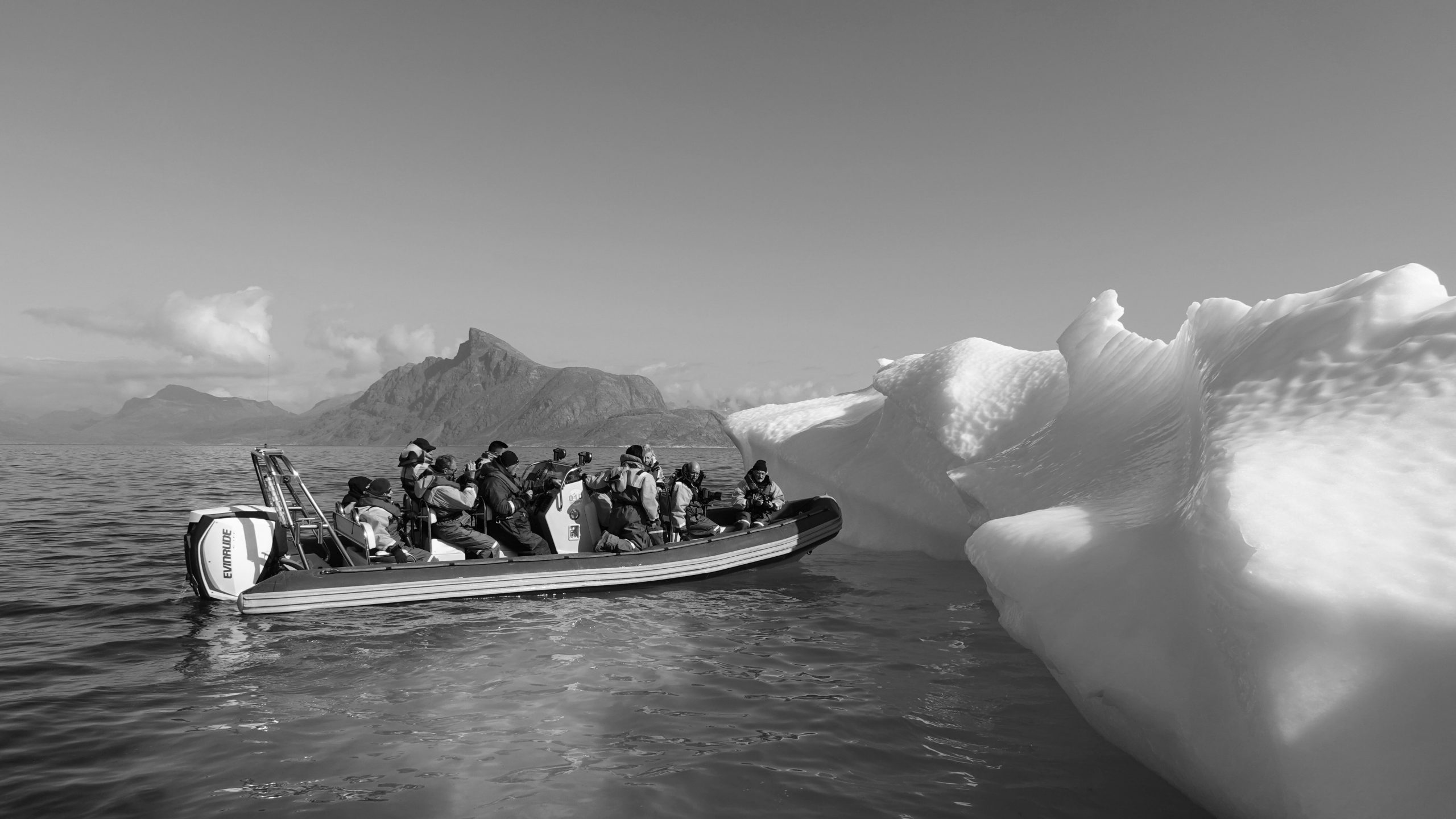 Une expédition scientifique devant un iceberg