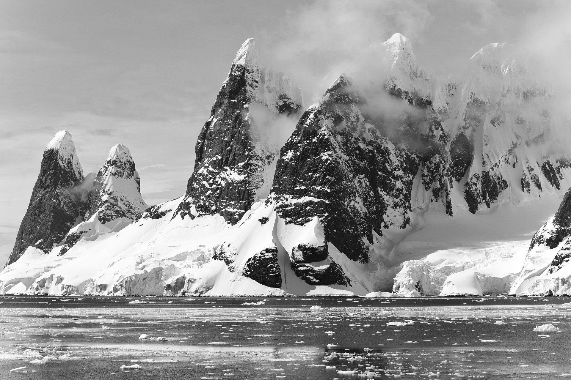 Montagnes enneigées près de l'océan